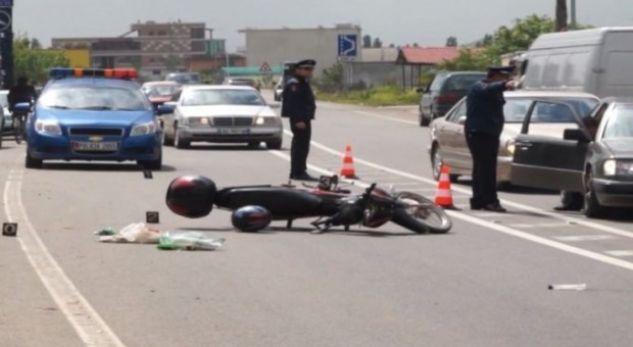 Benzi përplas motorin, plagosen dy persona