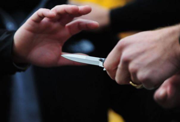 Sherr me thika në Elbasan, plagoset 20 vjeçari