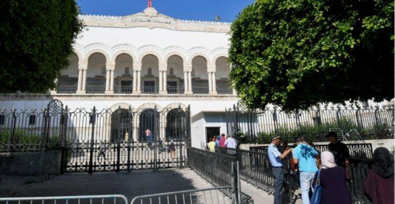 Xhihadisti sulmon me thikë dy agjentë policie para parlamentit në Tunizi