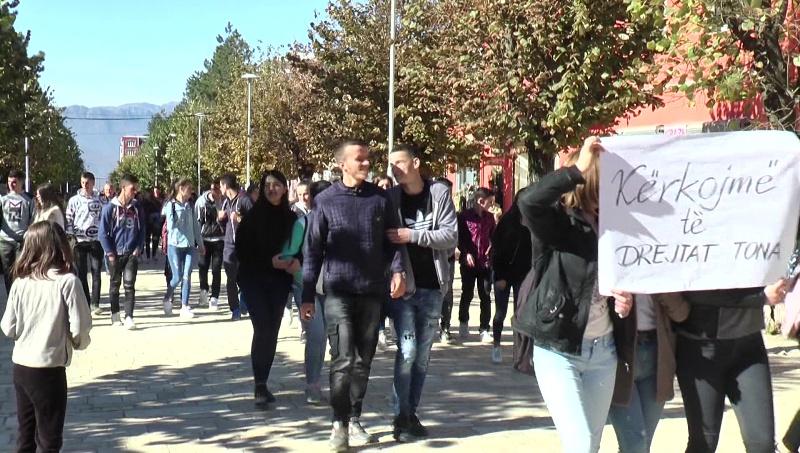 Dibër, gjimnazistët vazhdojnë protestën për të rimarrrë ish-godinën e tyre