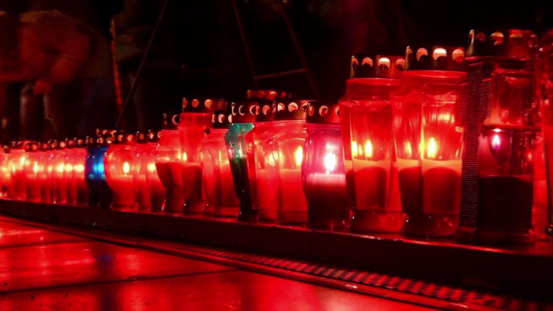 Lutje dhe qirinj të ndezur në Mostar për Praljak