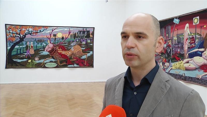 Arti unik i Grayson Perryt sjell një ekspozitë në Tiranë
