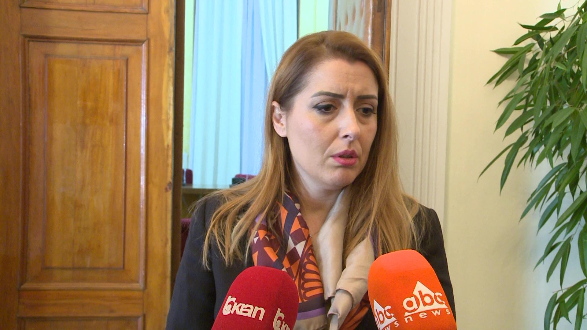 """Ministrja e Shëndetësisë për drejtuesit e spitaleve: """"Po presim ankesat"""""""