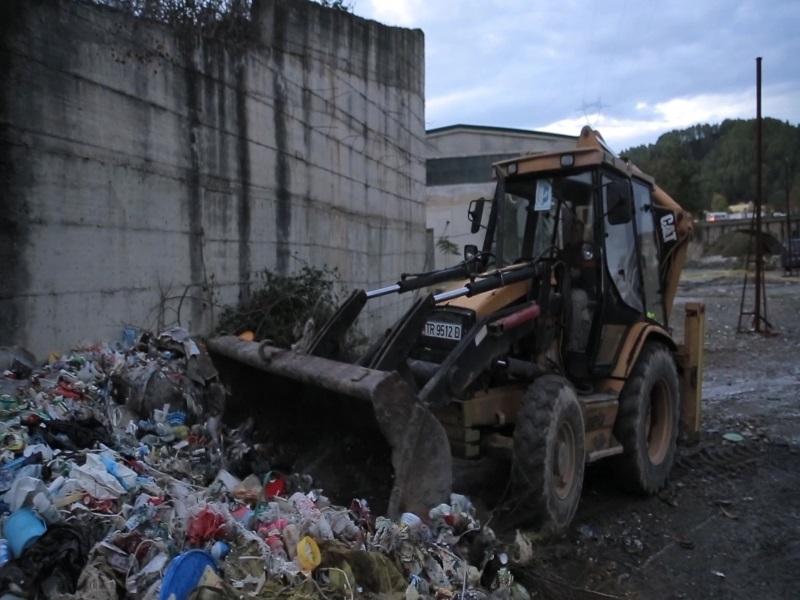 Hedhin mbetetjen në lumë, hiqen 12 leje mjedisore