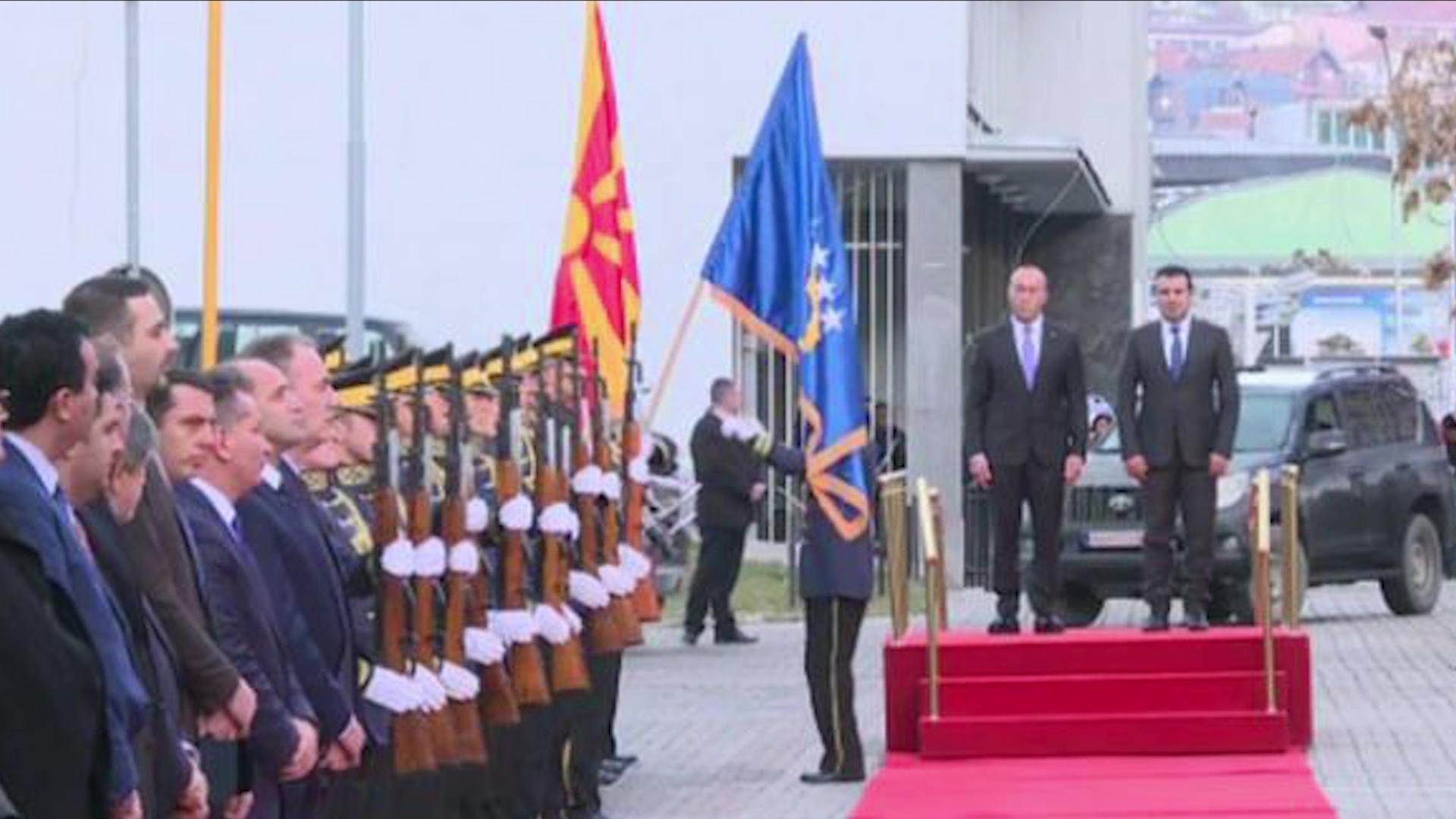 Zaev në Prishtinë/ Vizita e parë e një presidenti maqedonas