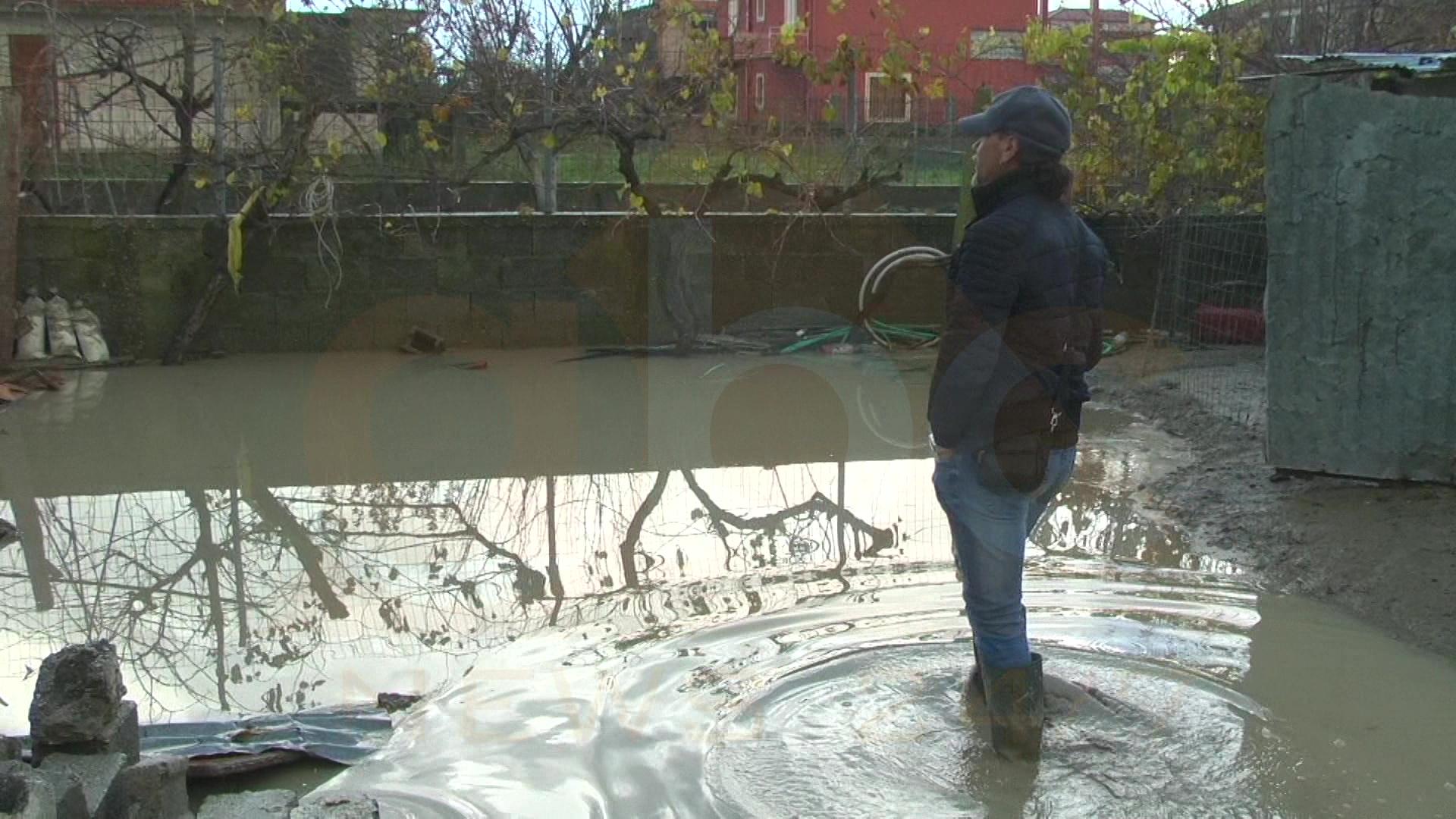 Në Ferras banorët pastrojnë baltën e përllogarisin humbjet