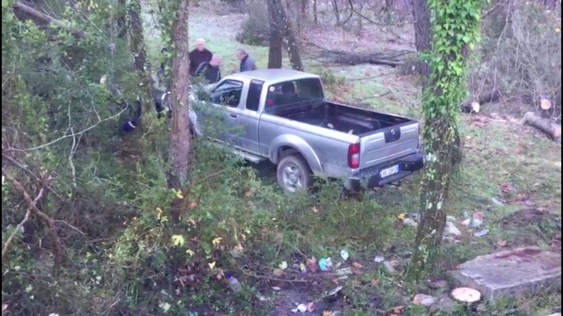 Makina del nga rruga për shkak të ngricave, një i plagosur