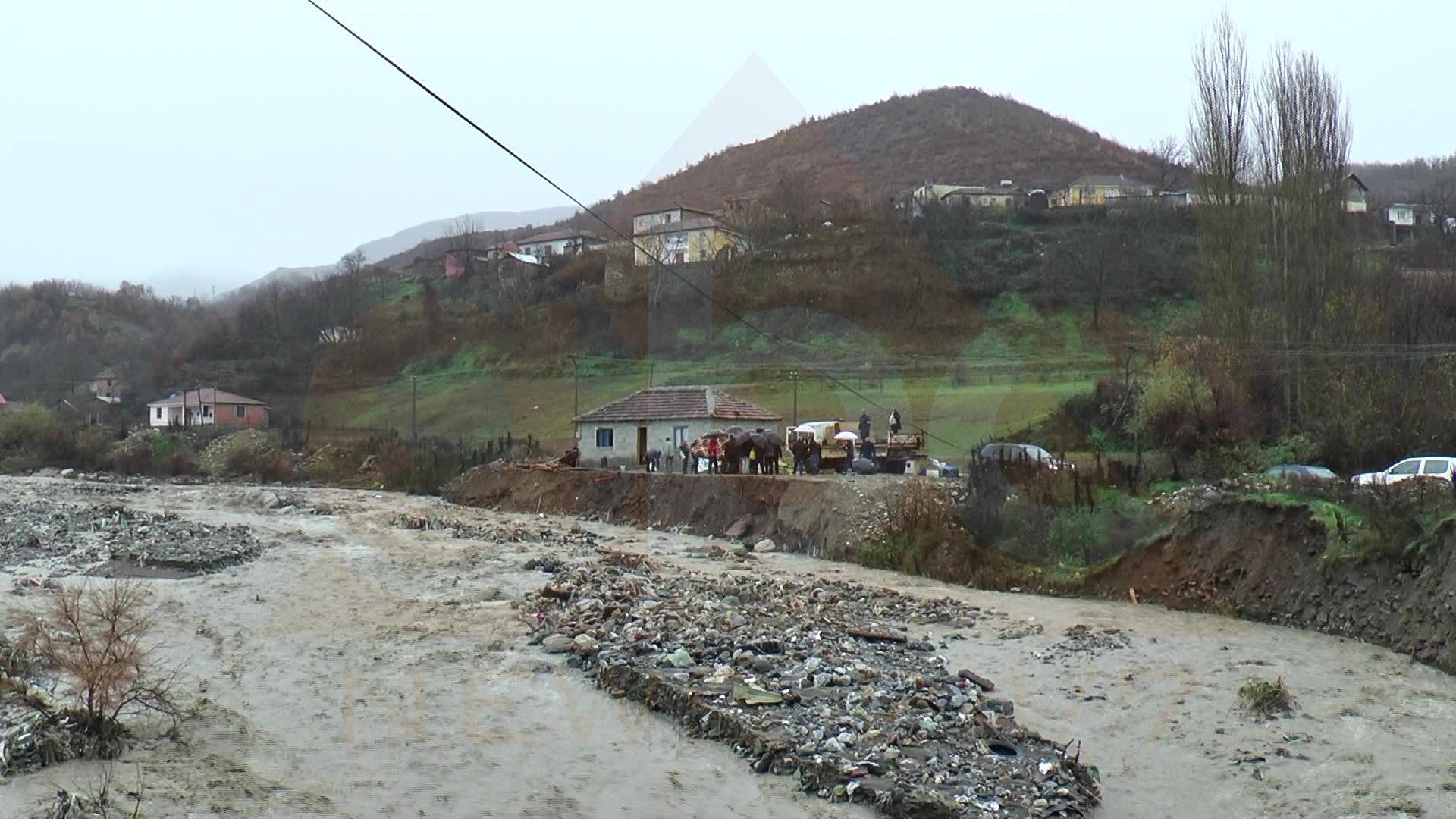 Dëmtohen disa ura nga prurjet e përrenjve në Dibër