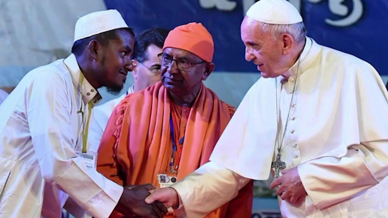 """Papa në Bangladesh përulet përpara Rohingyanve: """"Na falni"""""""