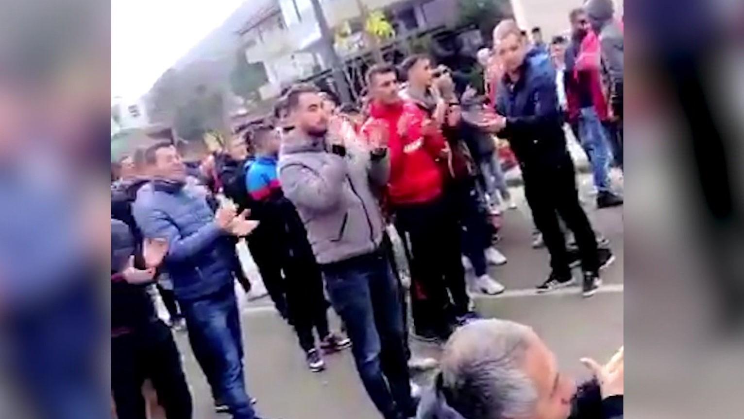 Tifozët e Këlcyrës protestojnë për arrestimin e tre lojtarëve nga policia