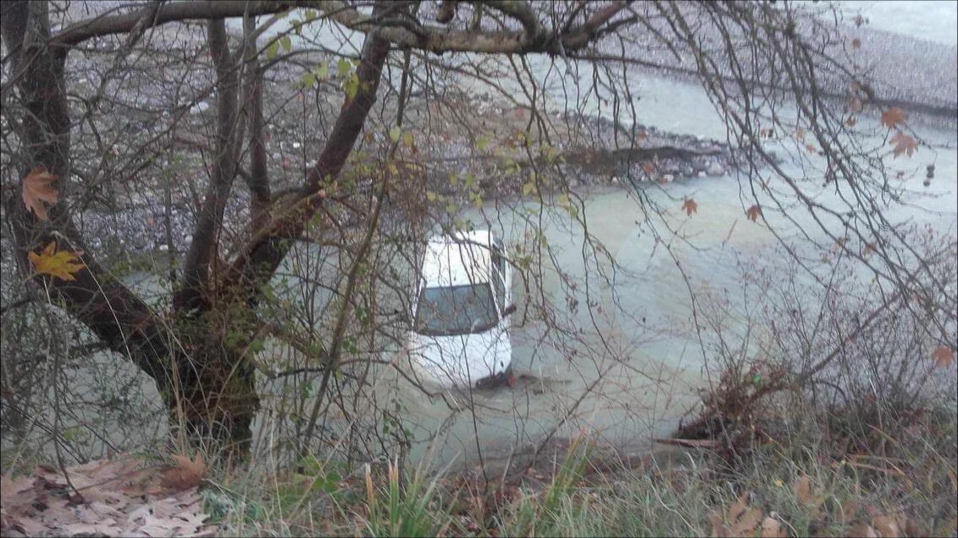 Një makinë bie në lumin Mat/Shoferi hidhet dhe shpëton