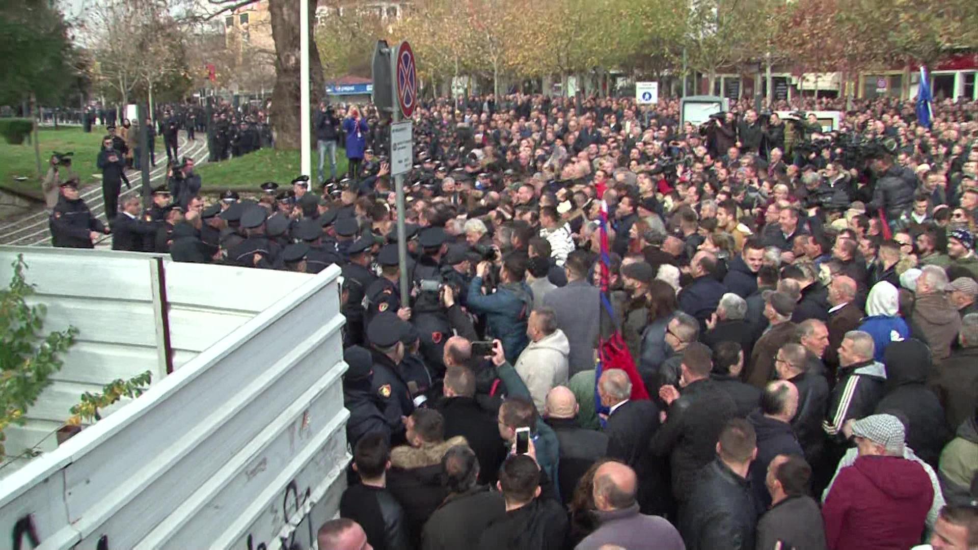 Protestuesit tentojnë të hyjnë me forcë në oborrin e Parlamentit