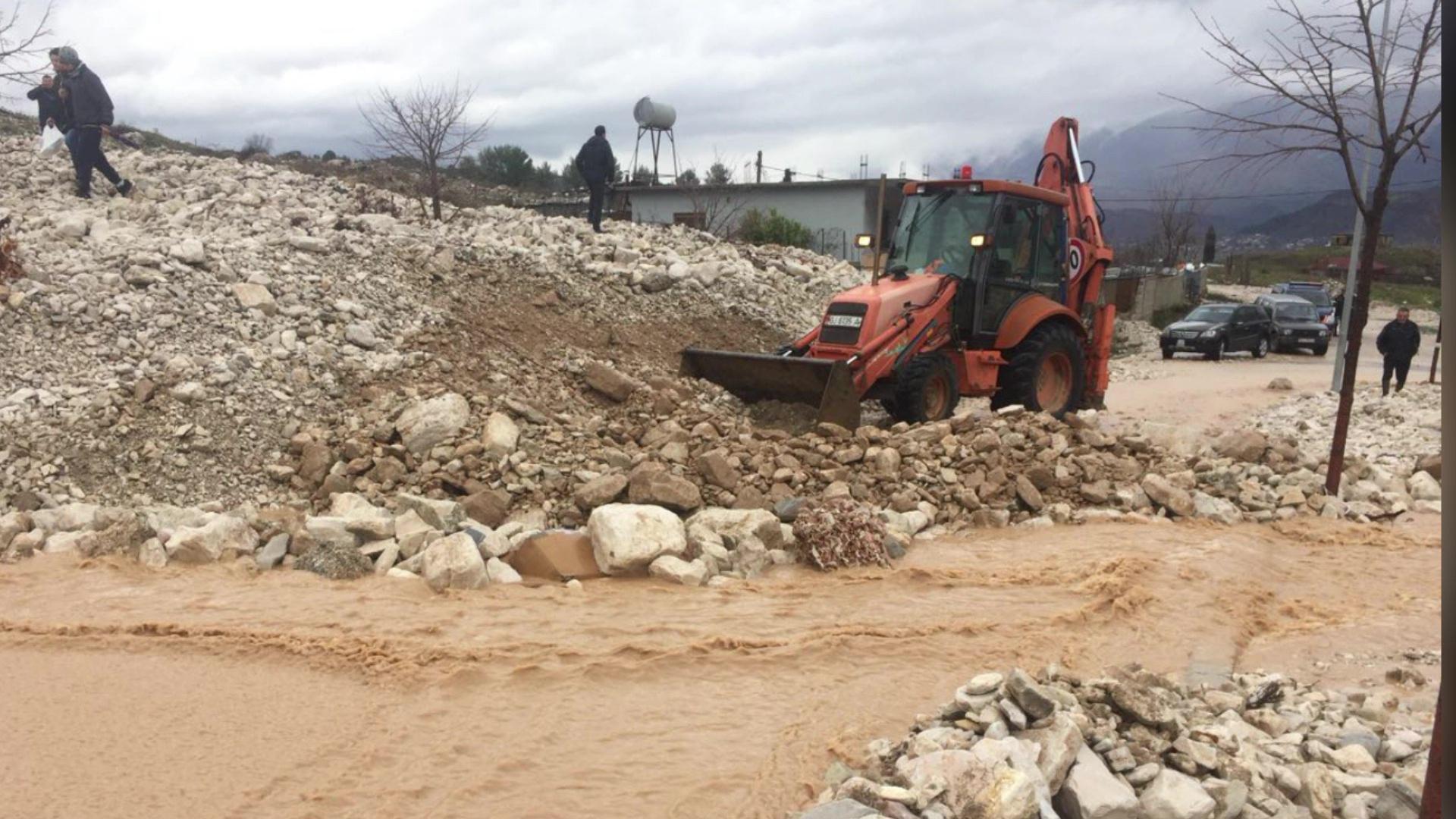 Vërshon përroi i Çullos në Gjirokastër, 30 shtëpi në rrezik