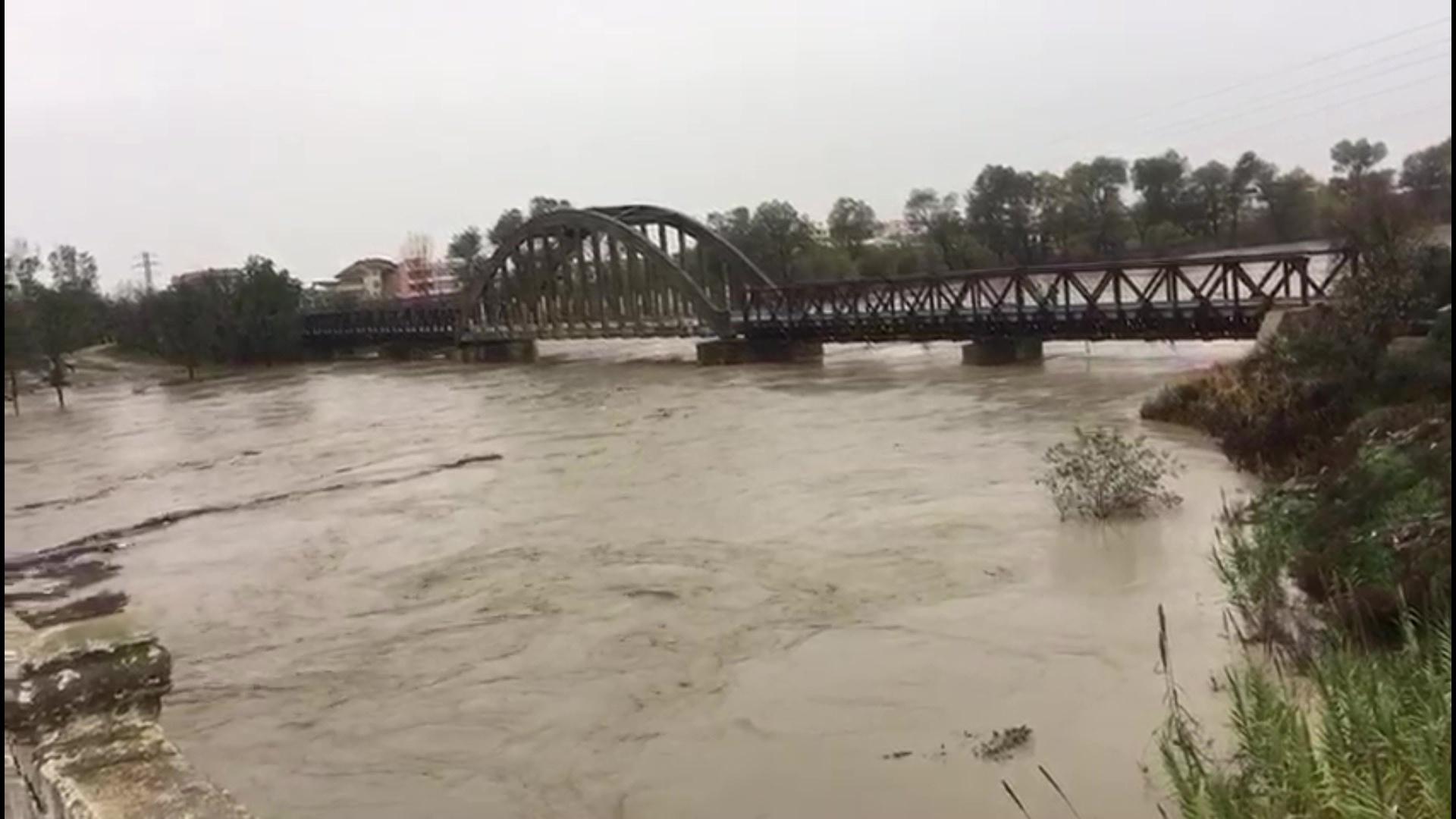 Banorët e zonave të rrezikuara të përgatiten për evakuim