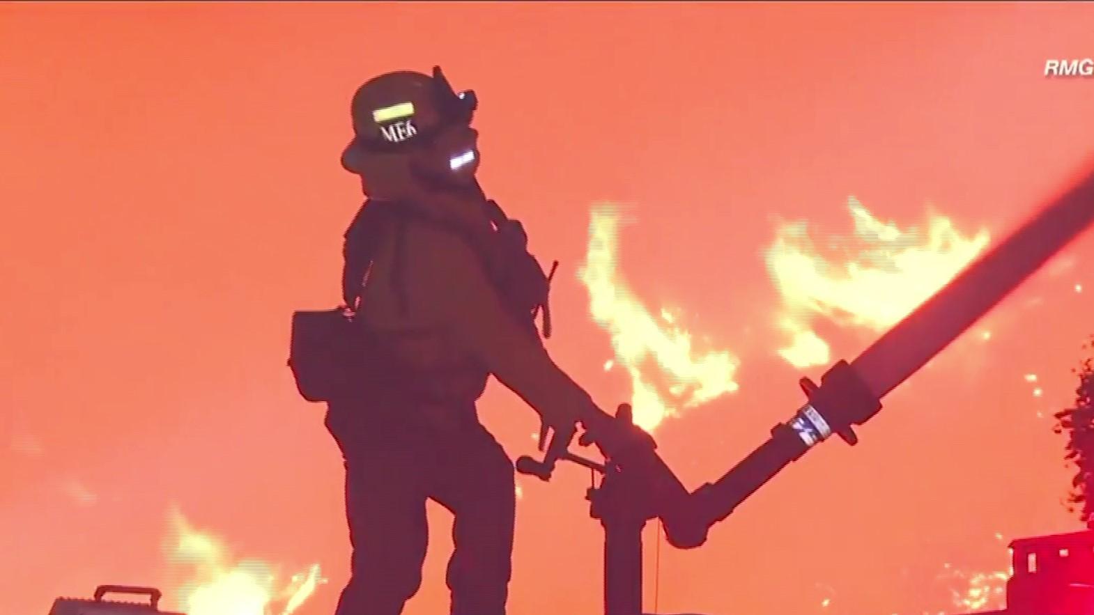 Kalifornia pushtohet nga zjarret