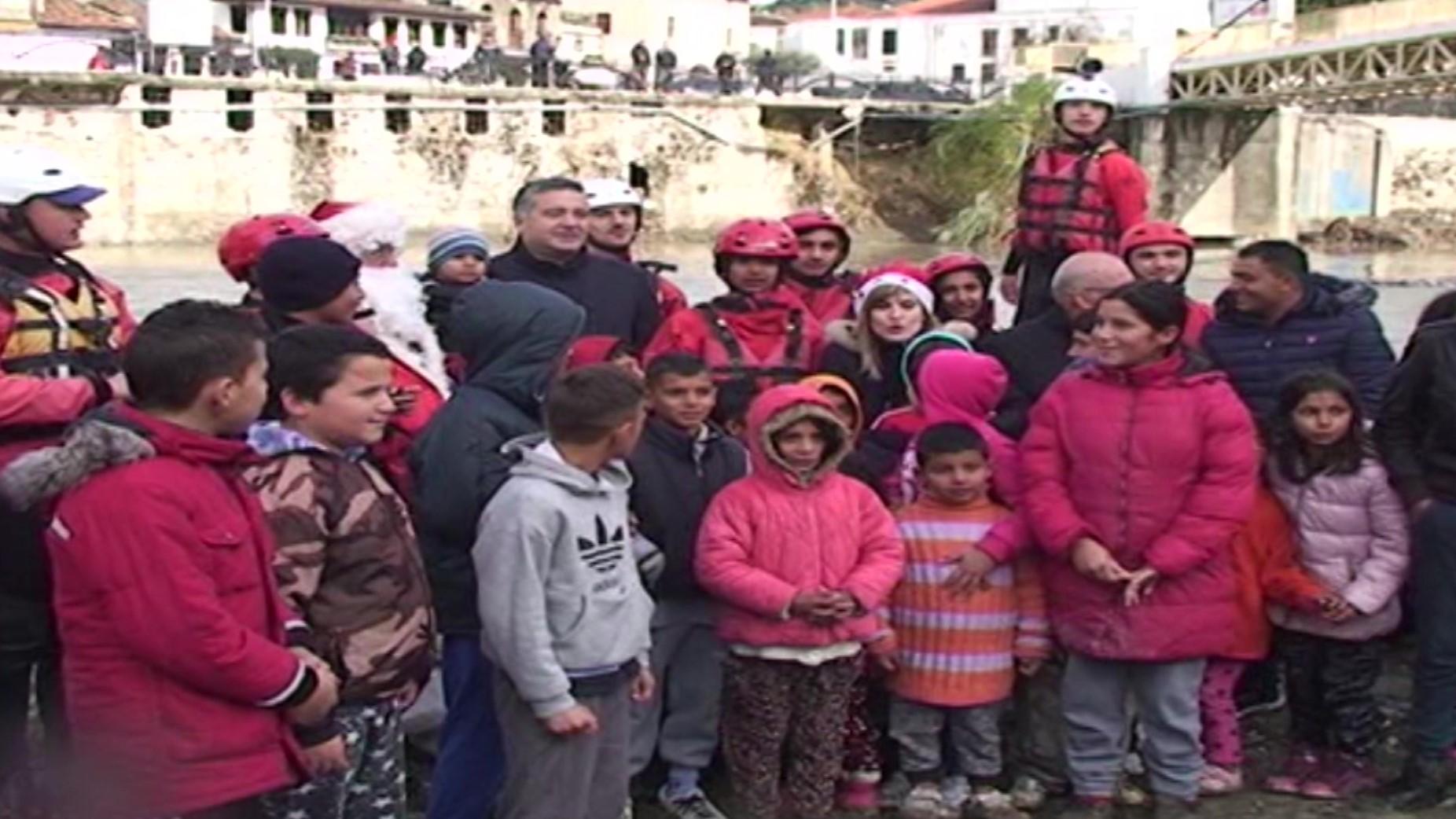 Ministri Klosi organizon njeë aktivitet festiv me fëmijët e komunitetit rom në Berat