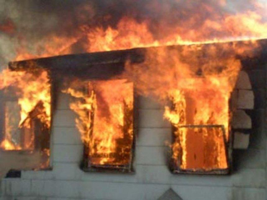 Zjarr në zonën e Kodër-Vilës në Durrës