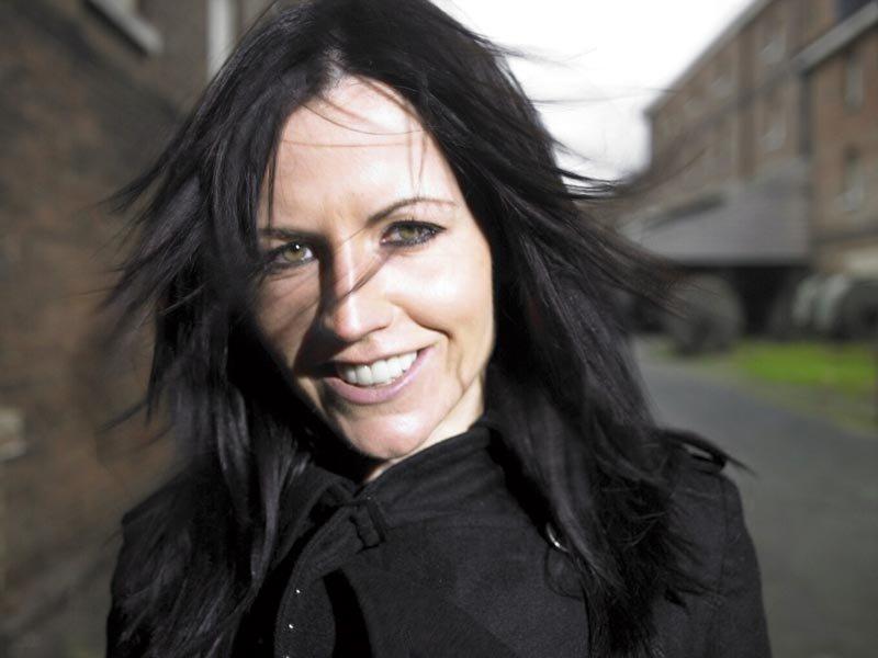 """Shuhet papritur në moshën 46-vjeçare këngëtarja e grupit """"The Cranberries"""""""