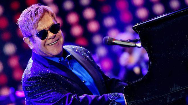 Sir Elton John tërhiqet nga skena