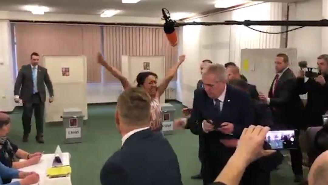 Presidenti çek sulmohet nga një aktiviste e FEMEN kur votoi