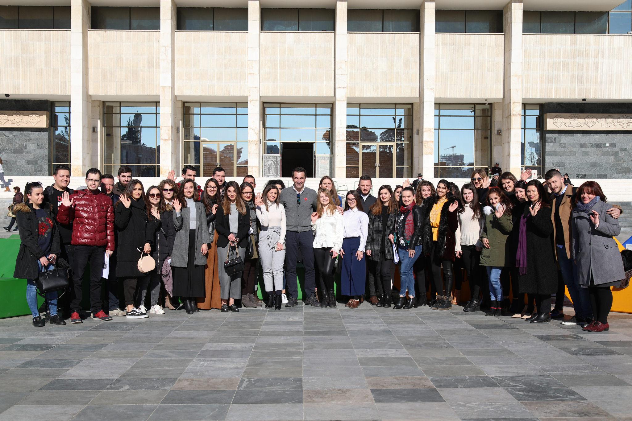Praktikantët në Bashkinë e Tiranës/Veliaj: Intershipi zgjat 3-6 muaj dhe do të paguhet