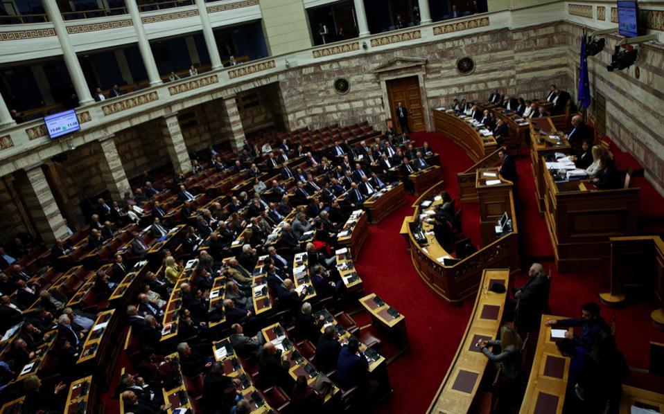 Parlamenti grek miraton paketen e masave për shkurtim buxheti