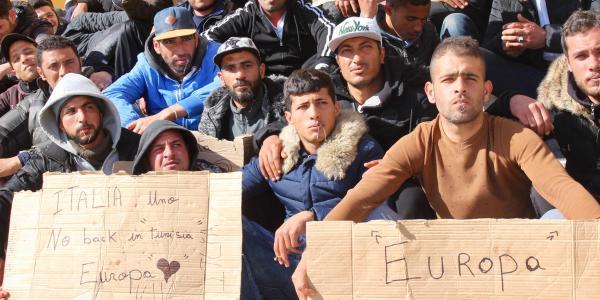 Protestë ekstreme në Lampedusa: Emigrantë nga Tunizia qepin gojën me pe e gjilpërë