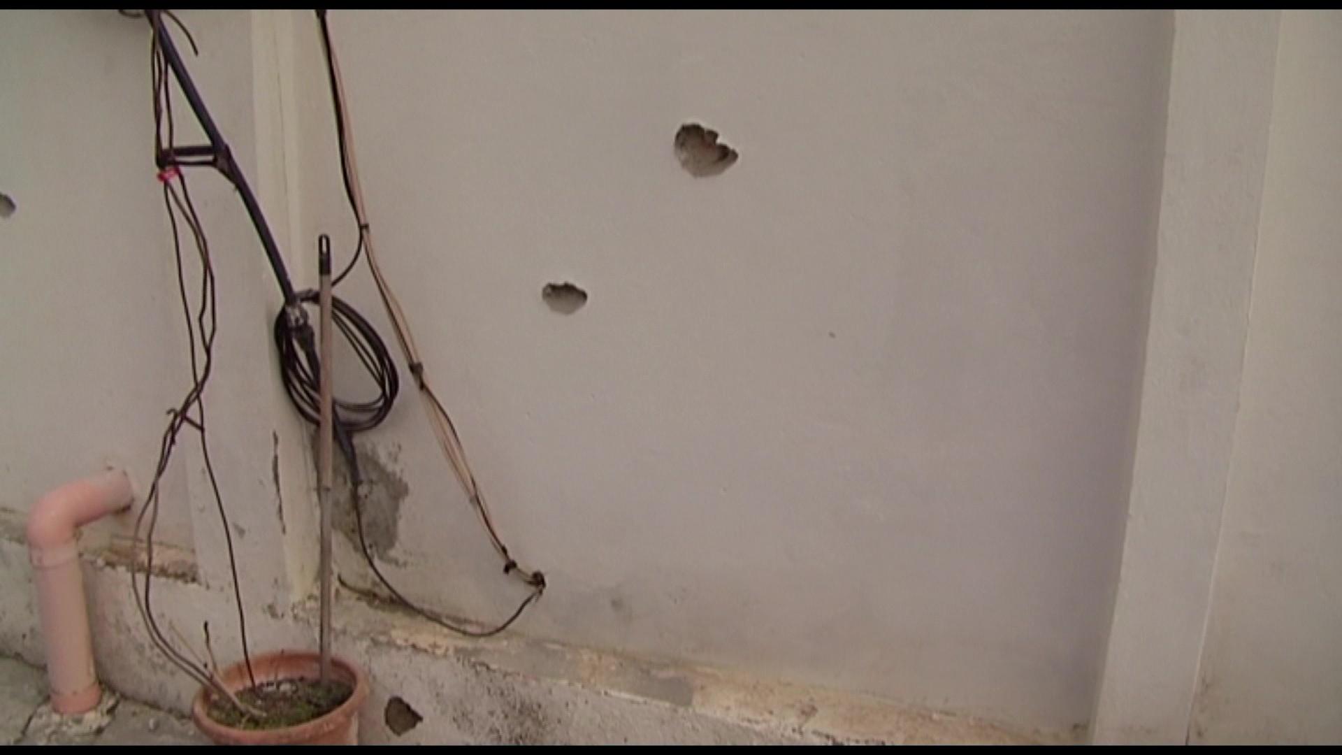 Video/Sulmohet me breshëri kallashnikovi një familje në Lushnjë