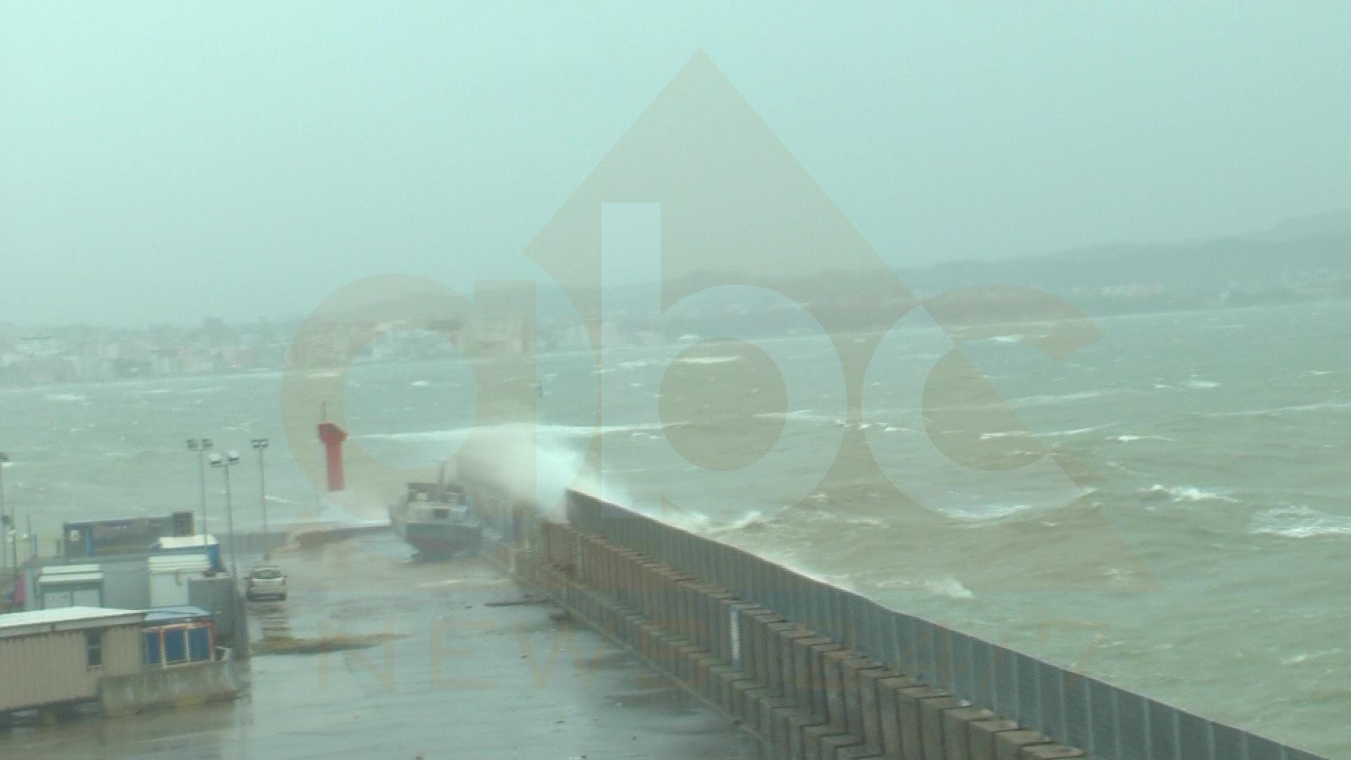 Moti i keq në Durrës, pezullohet lundrimi i anijeve të peshkimit