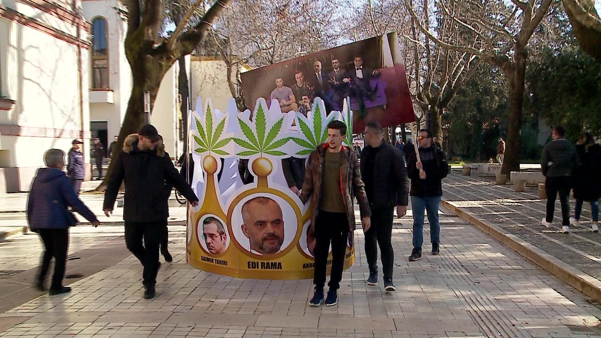 Me zë e figurë, protestuesit e opozitës mesazhe qeverisë