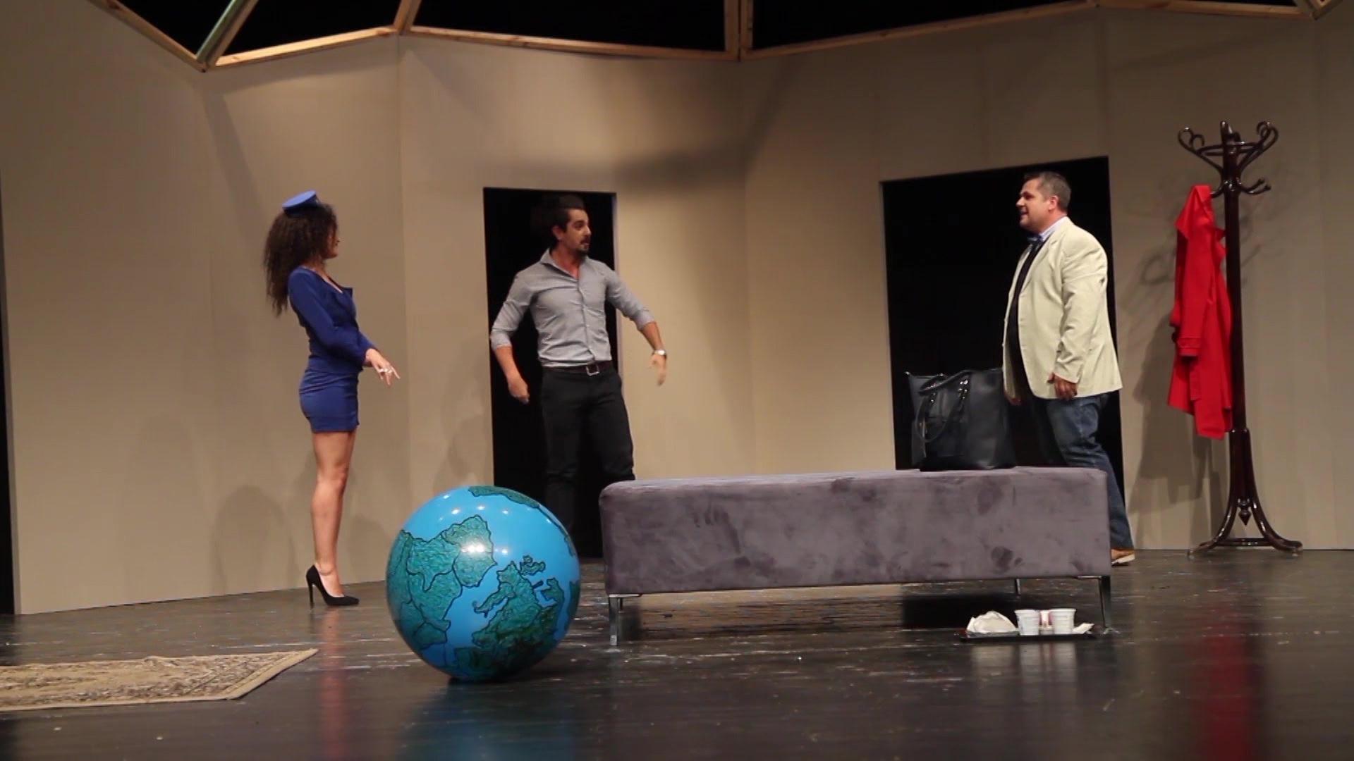 Teatrot ngrenë siparin e premierave me komedi