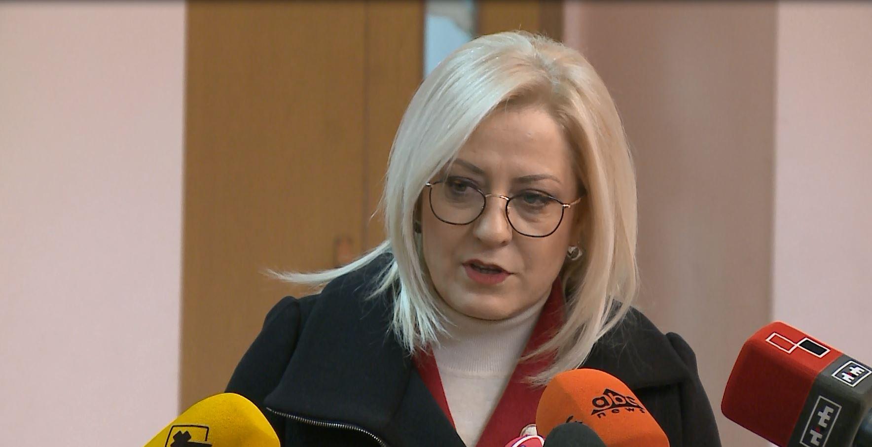 Ministrja Nikolla: Nuk do të ketë ulje pagash