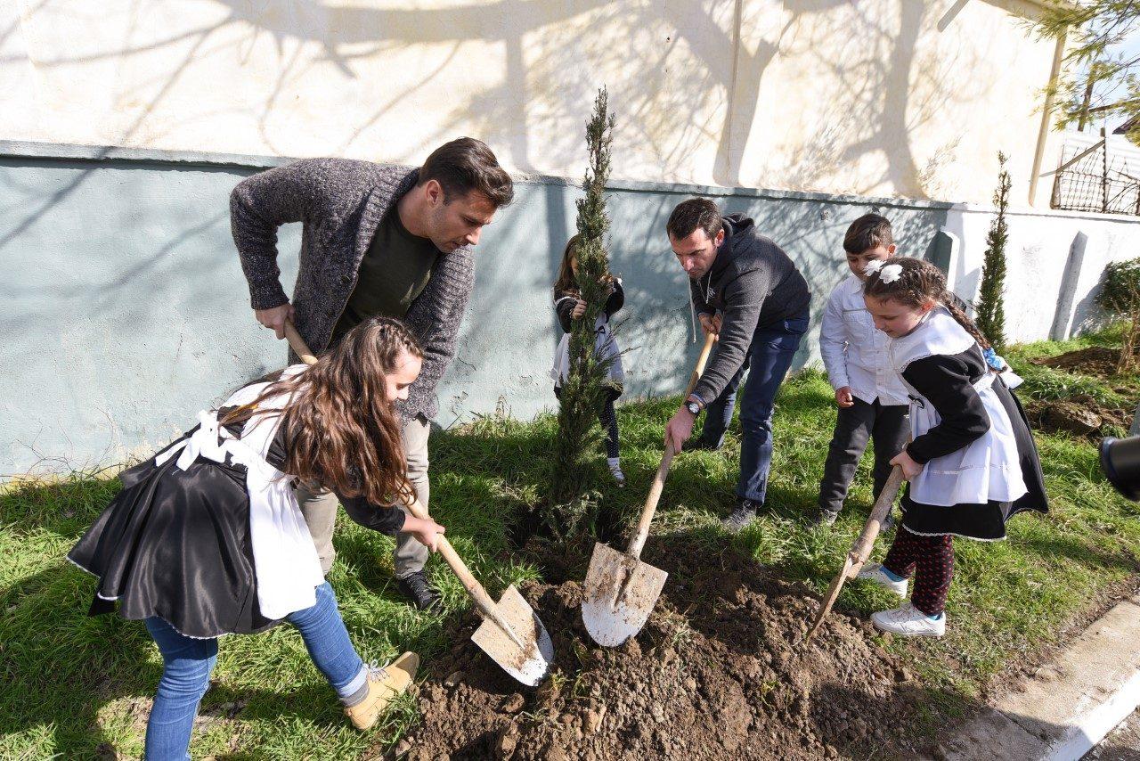 thumbnail_Veliaj-dhe-Cana-mbjellin-peme-ne-shkollen-Kol-Jakova-1-1280x854.jpg