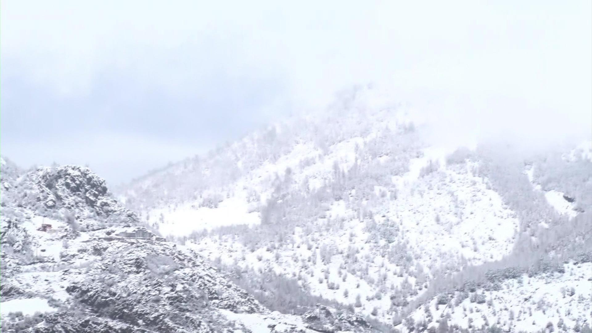 Akull në rrugët e zonave të thella në Librazhd e Përrenjas