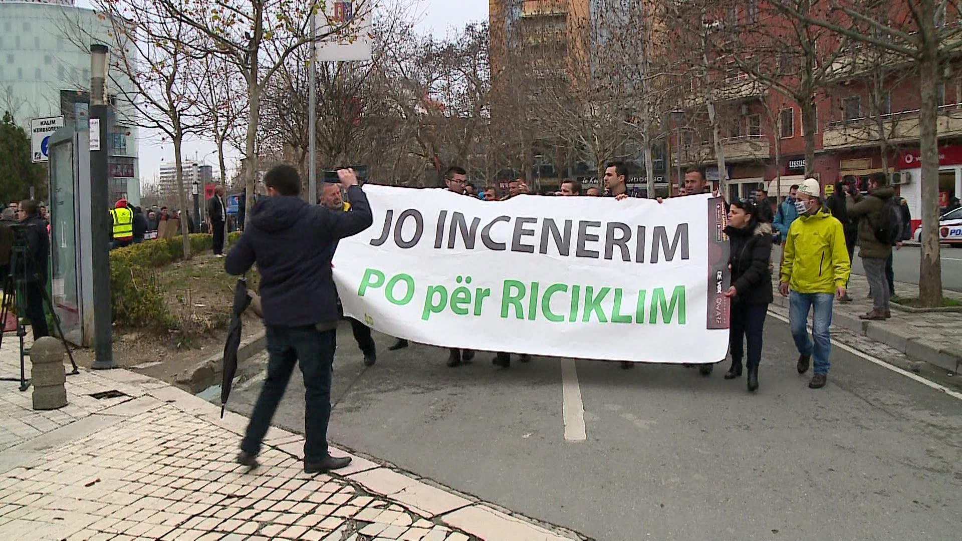 Qytetarët e Fierit përshkallëzojnë protestat në Tiranë