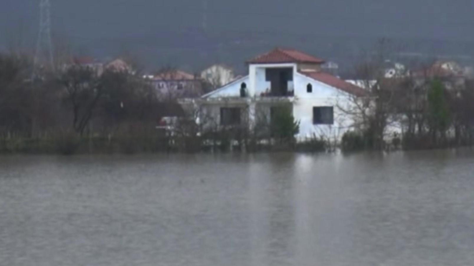 Rritet niveli i lumit Ishëm, uji rrethon dhjetëra shtëpi në Fushë Krujë