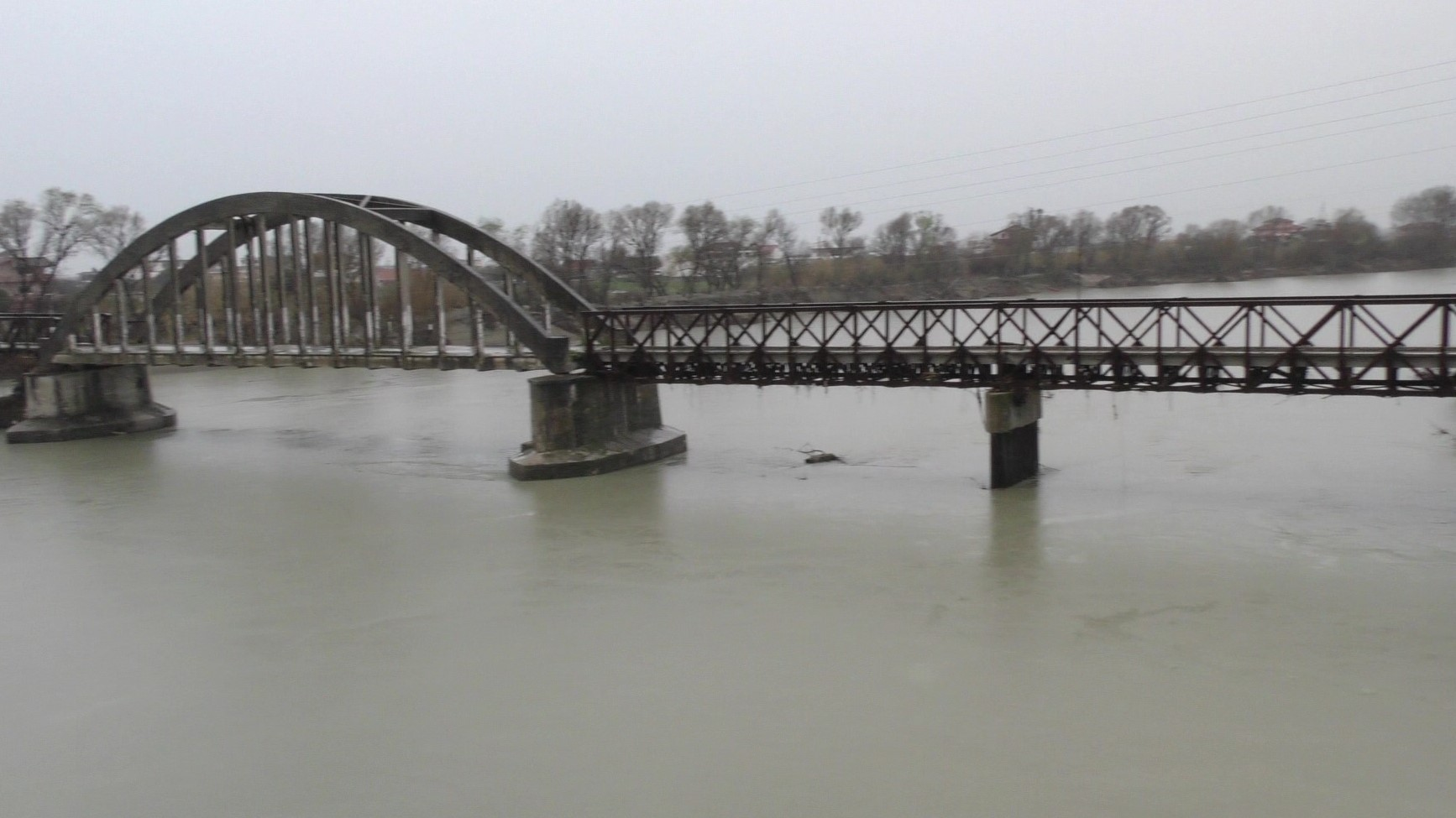 Fier, ura e vjetër mbi lumin Vjosë në rrezik shembje