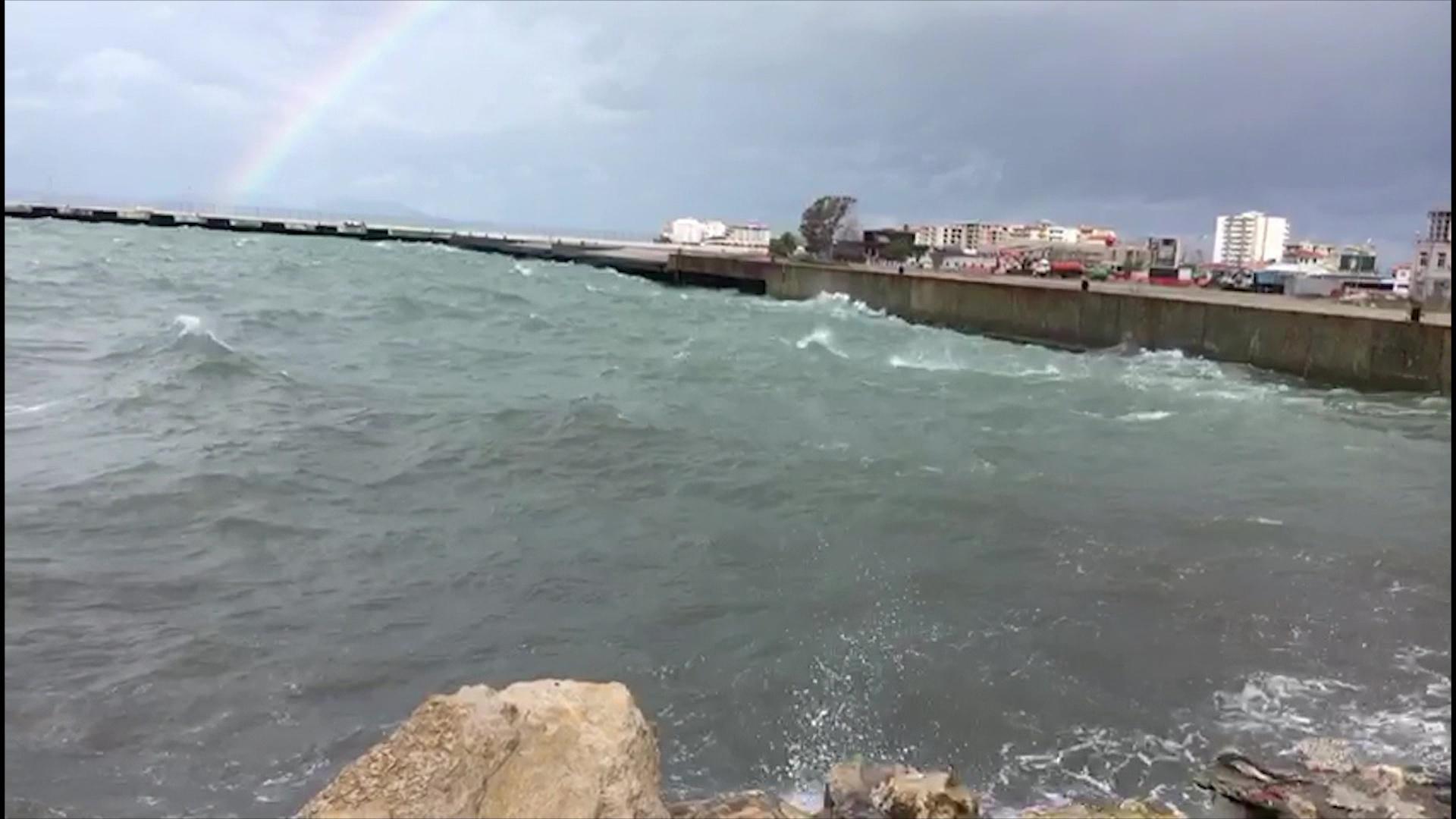 Deti 8 ballë nga era e fuqishme në Vlorë/Pezullohet lundrimi i anijeve