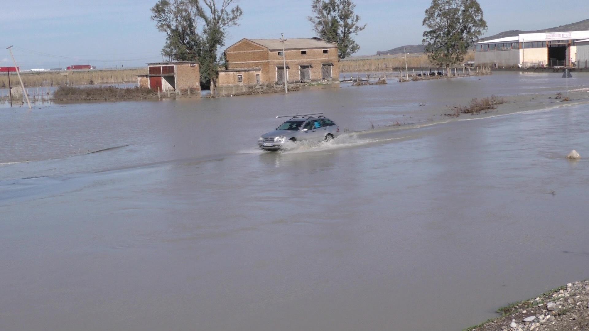 Fier, uji tërhiqet nga Levani, grumbullohet në zonën e Darzezës