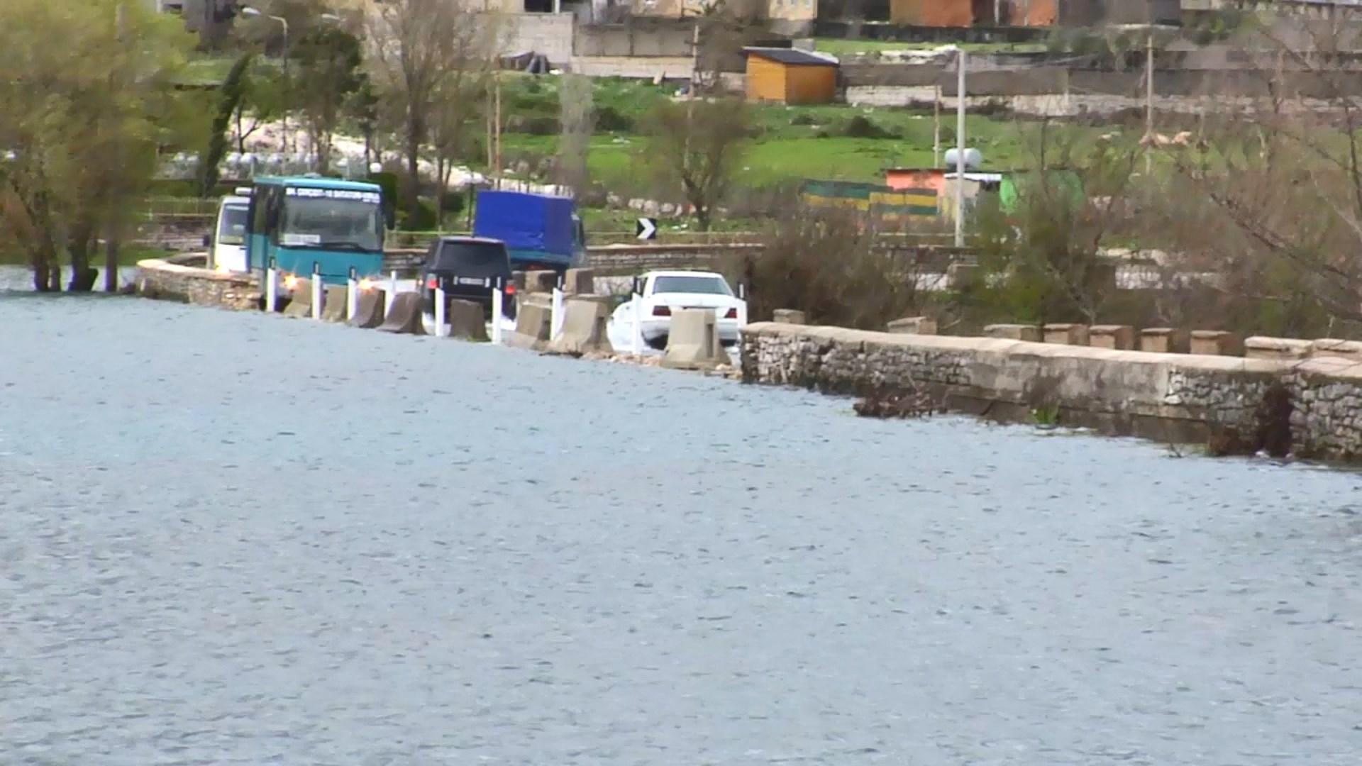 Viroi del nga shtrati, uji vërshon në rrugën Gjirokastër- Tepelenë