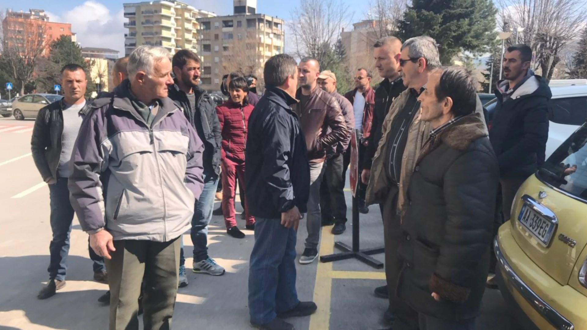 Banorët e Lekasit protestë para Bashkisë së Korçës: Dy muaj pa drita
