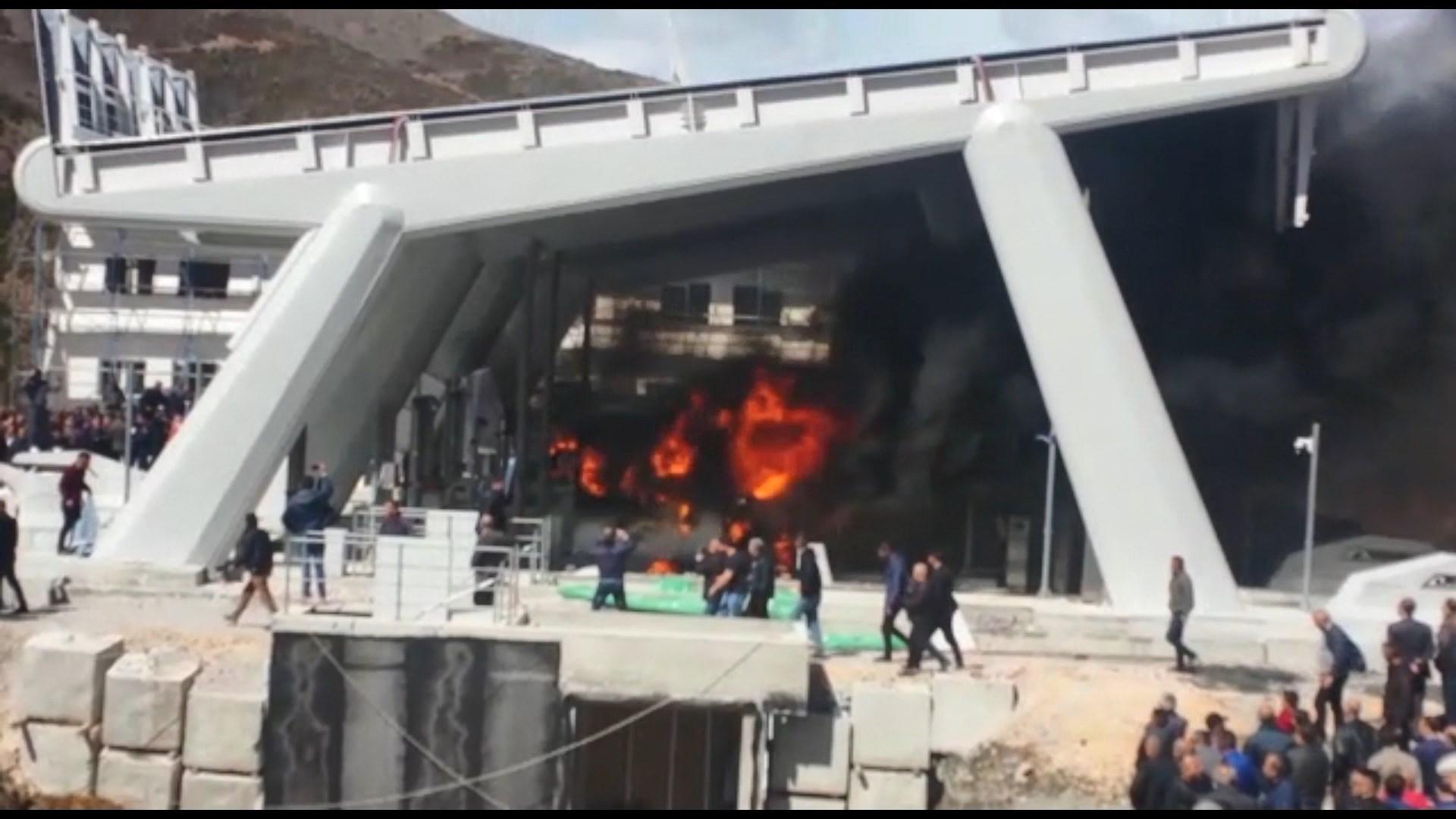 Protestuesit i vënë zjarrin sporteleve ku paguhet taksa