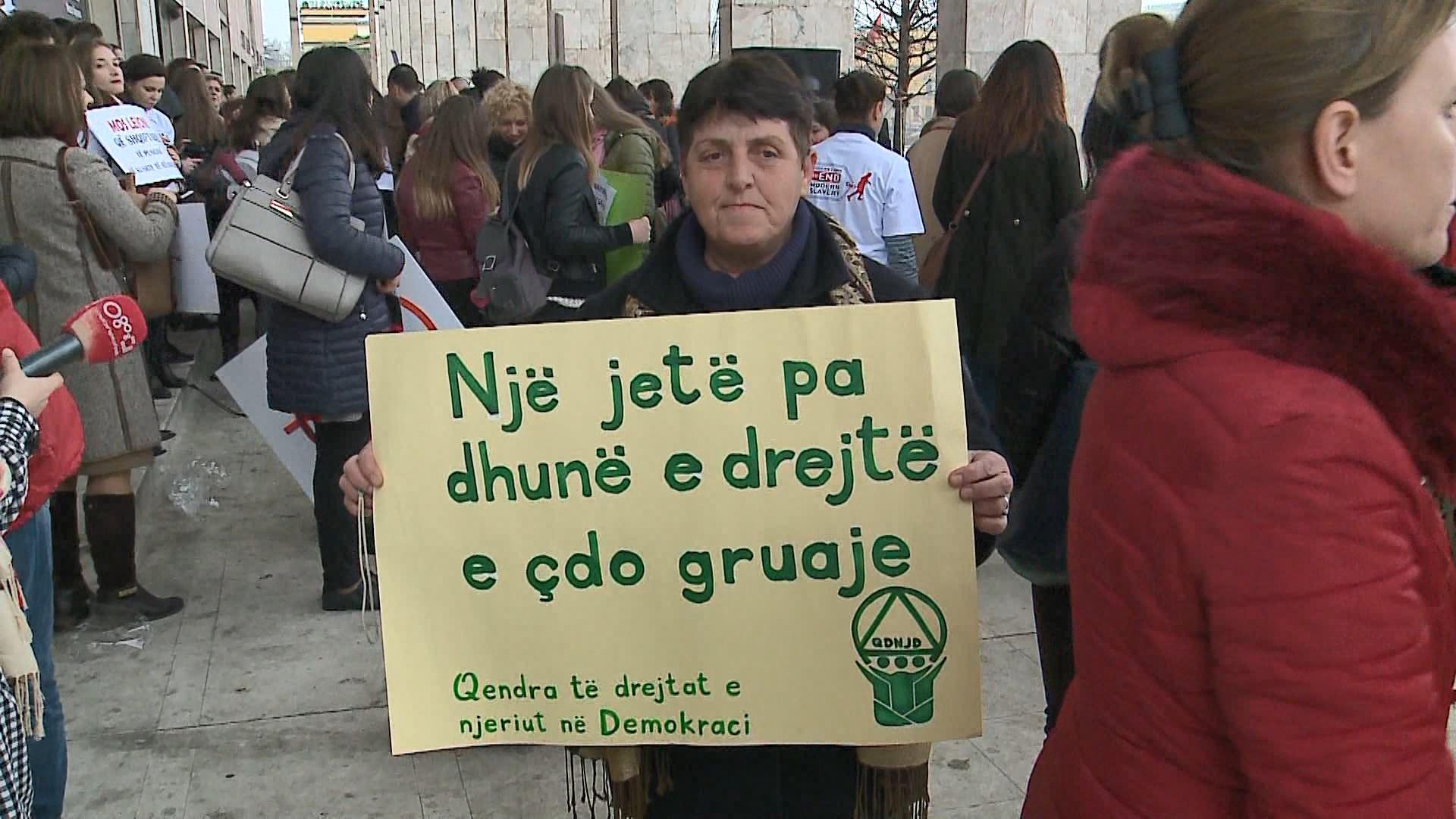 8 Marsi/Marshim i grave në bulevard, mesazhe kundër dhunës