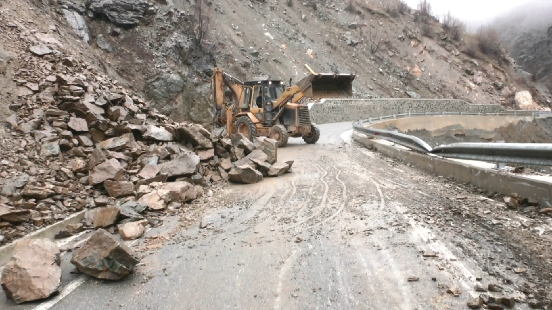 Shkarje të tokës e çarje të asfaltit në rrugën Kukës-Shishtavec