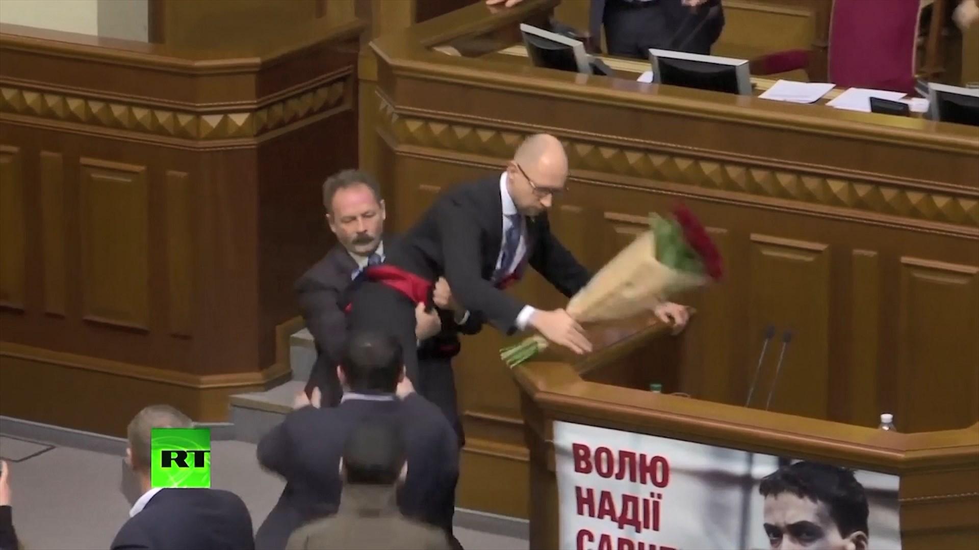 Ukrainë, miratohet ligji për armët