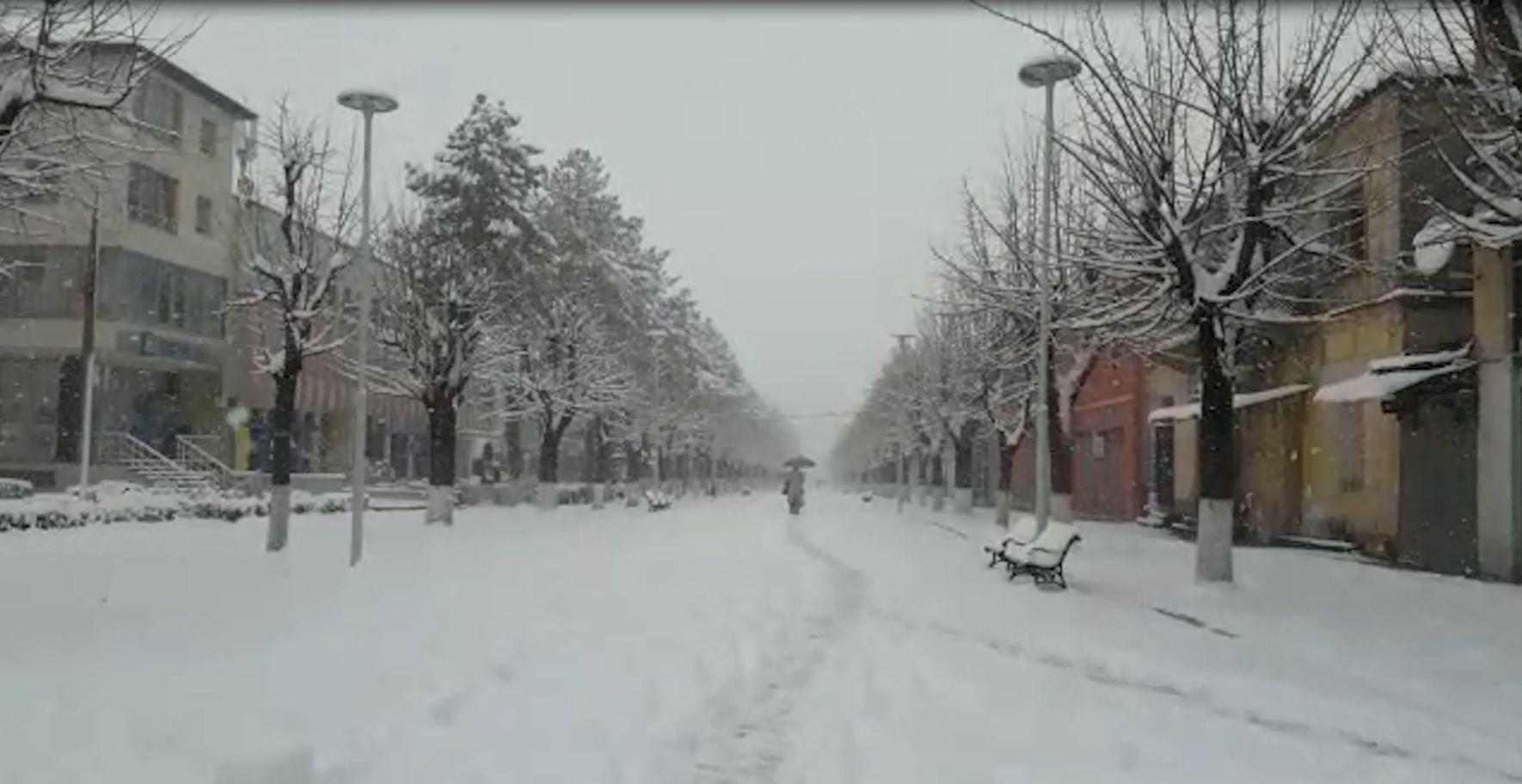 Pushojnë reshjet e borës në Dibër, ndërhyrje për hapjen e rrugëve
