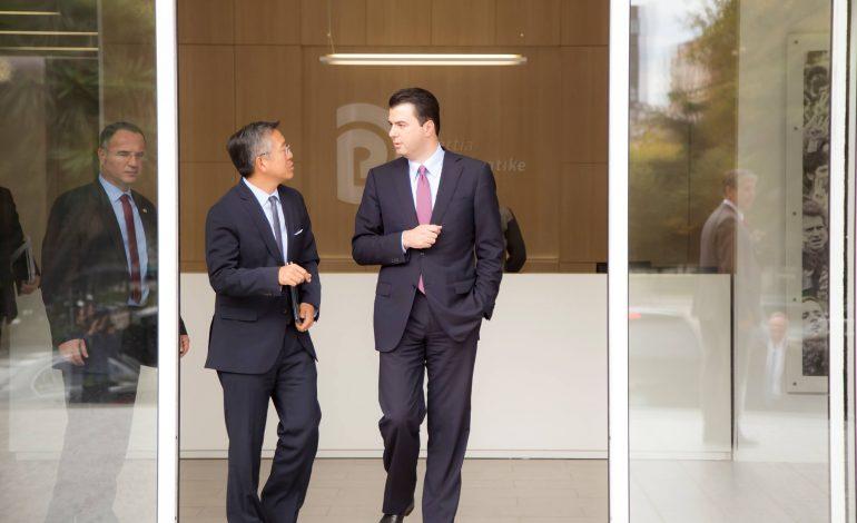 Ambasadori Lu në zyrën e Bashës, 60 minuta takim mes tyre