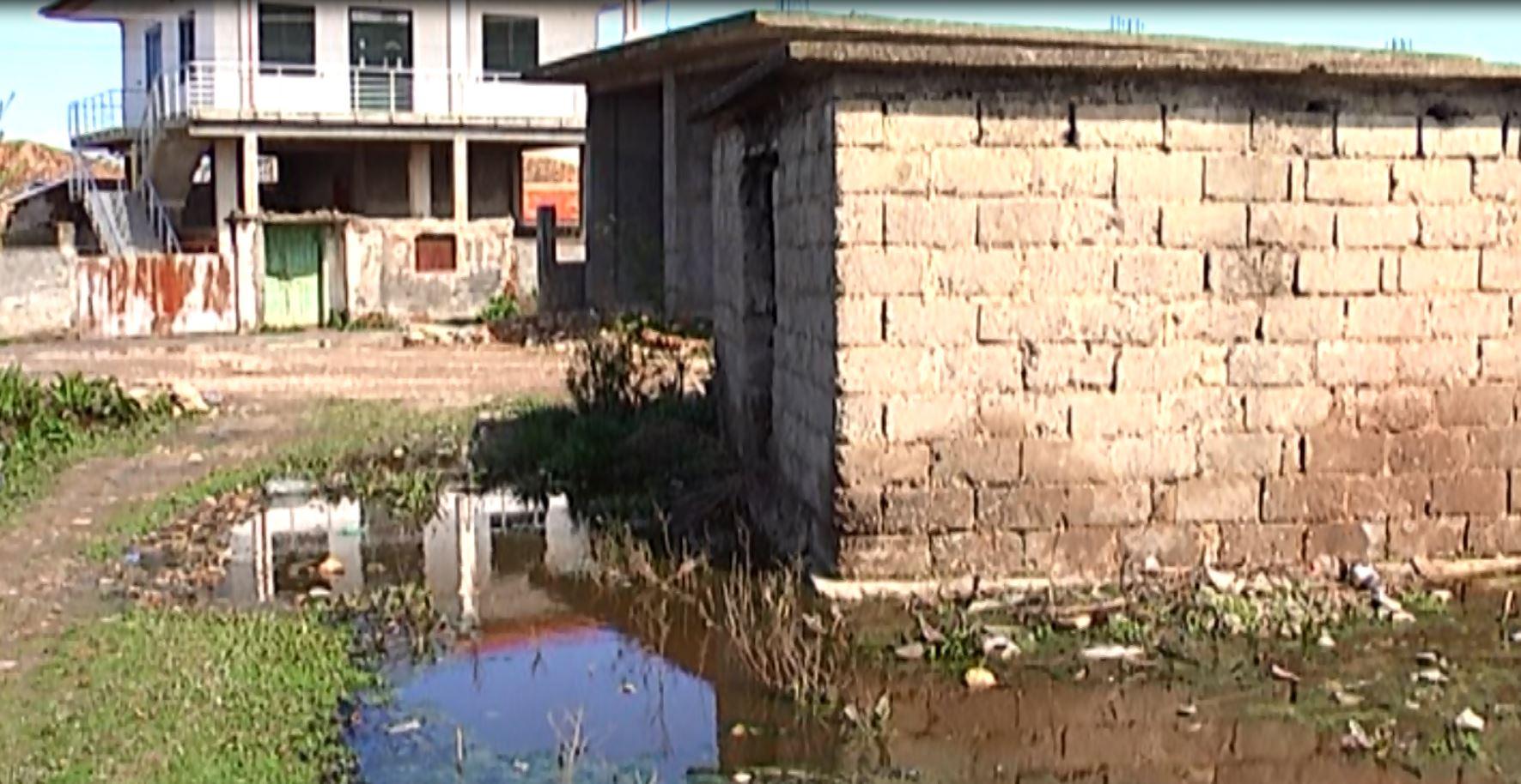 Lushnje/Shpërthejnë ujërat e zeza, fshati bllokon dritaret dhe dyert