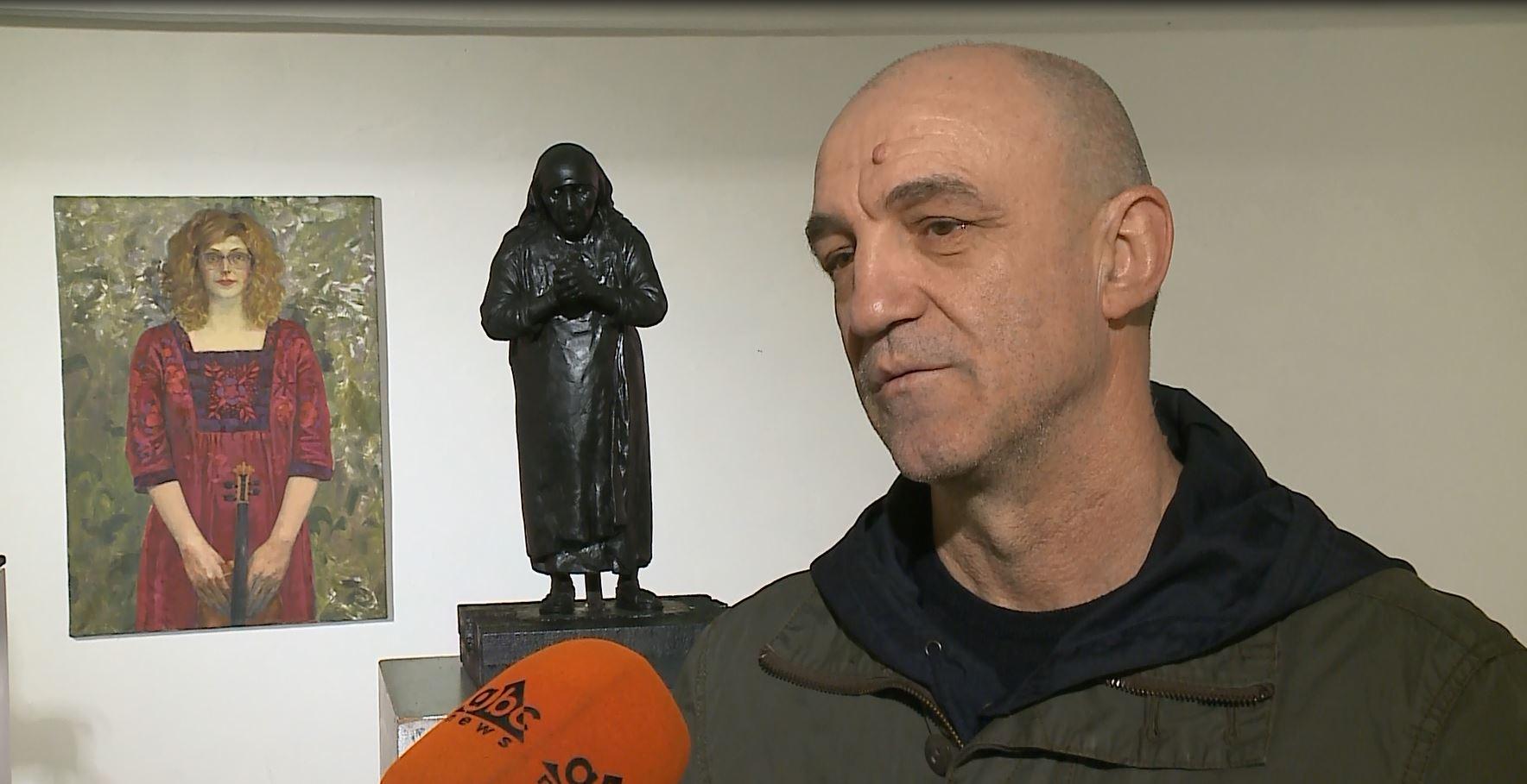 Temo rrëfen udhëtimin e tij 25-vjeçar me gjuhën e pikturës dhe skulpturës