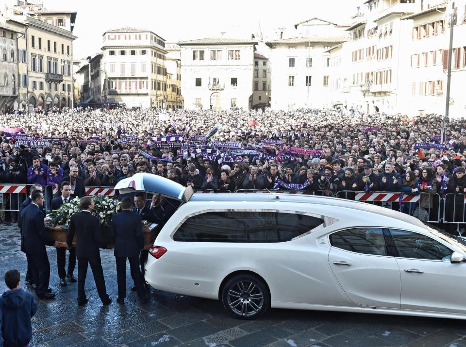 Italia përcjell Davide Astorin/Mijëra njerëz në funeralin e ish-kapitenit